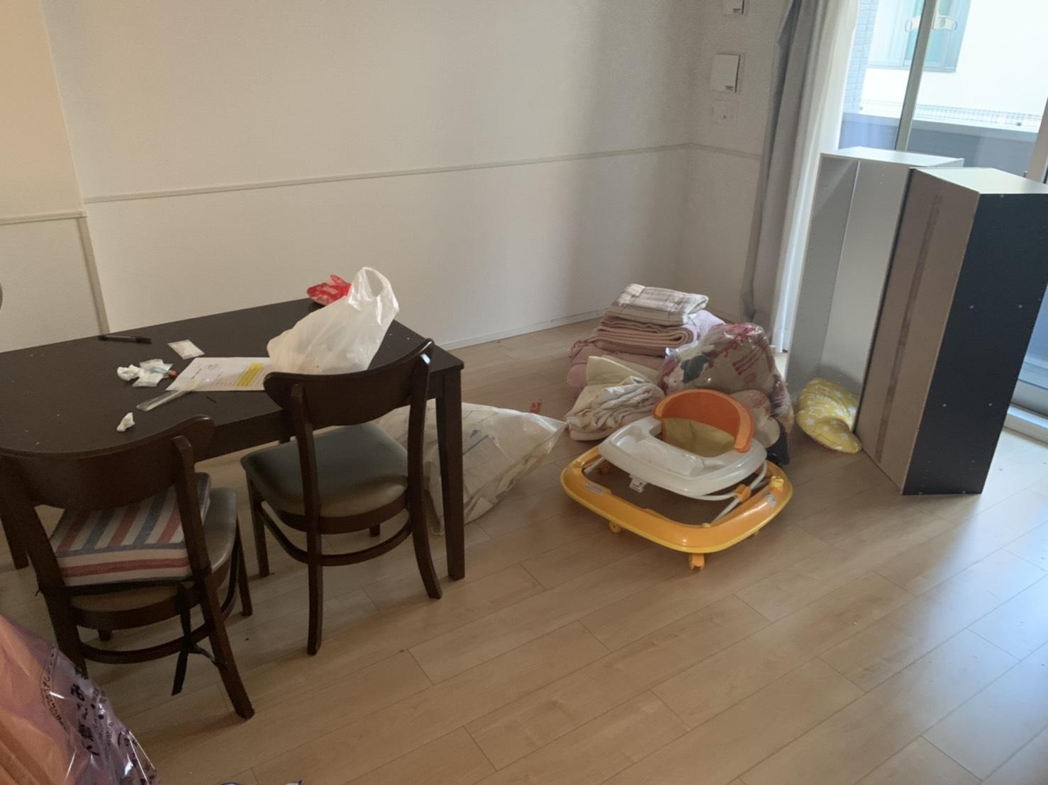 ダイニングテーブル、椅子、ベビー用品、衣類、シーツの回収前