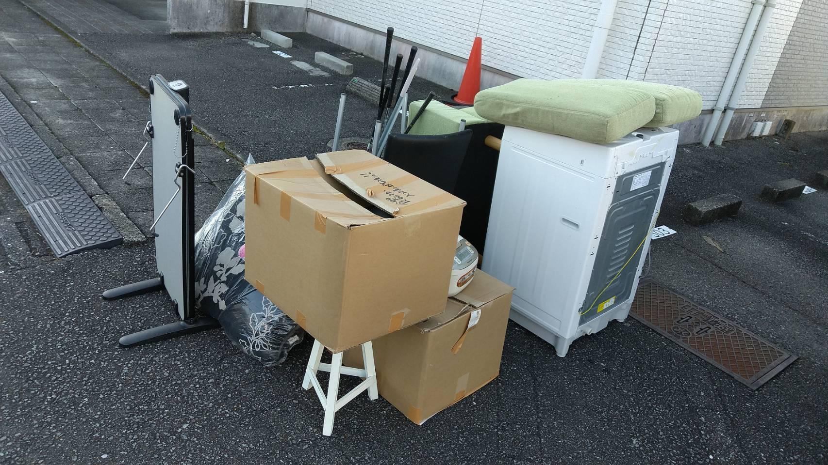 洗濯機、ソファー、炊飯器、布団の回収前