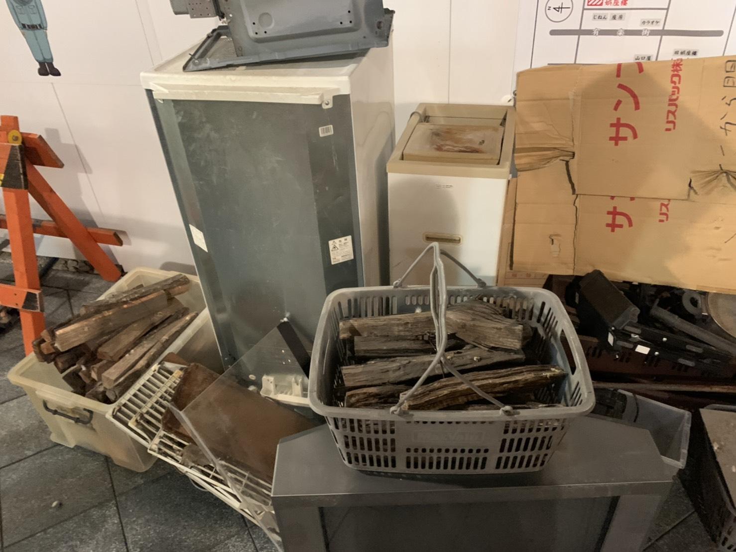 冷蔵庫、テレビ、廃材などの不用品の回収前