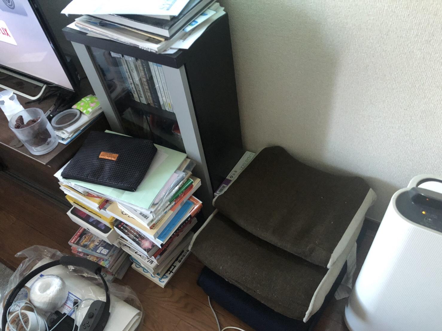 空気清浄機、テレビ、テレビ台、本棚、本の回収前