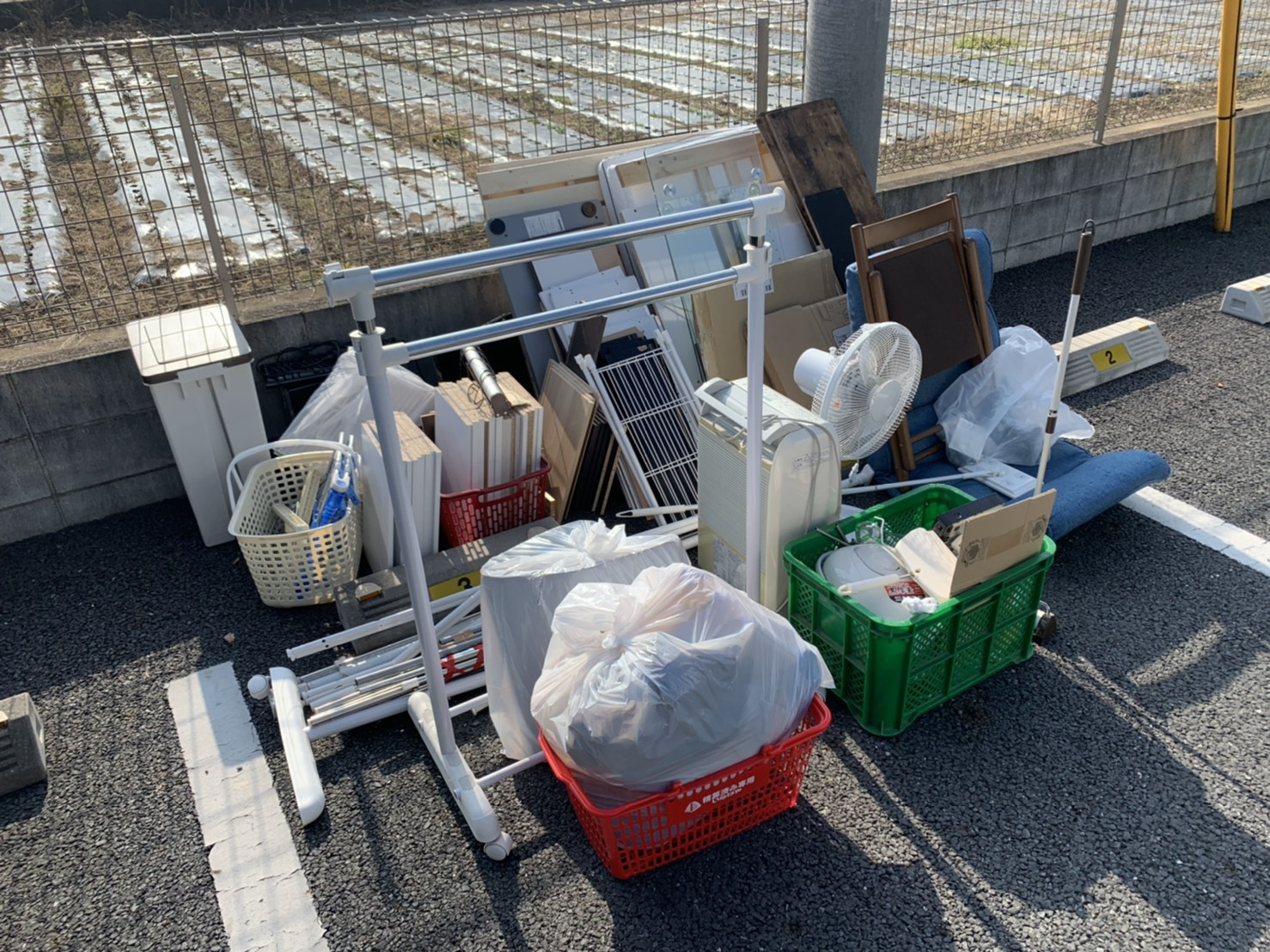 物干しスタンド、空気清浄機、その他不用品の回収前