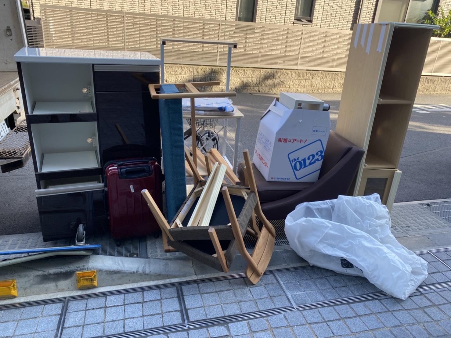 自転車、スーツケース、椅子、キッチンワゴンの回収前