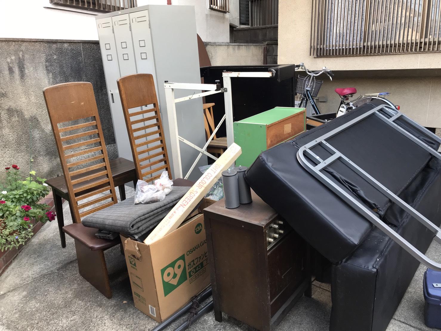 ロッカー、椅子、テーブル、カラーボード、ソファーベッドの回収前