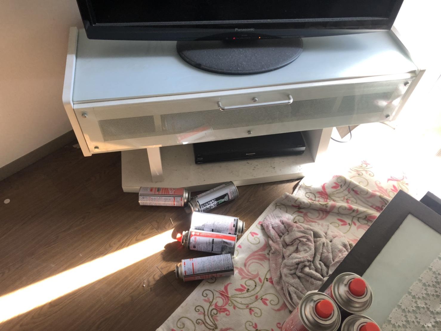 テレビ台、スプレー缶、その他不用品の回収前