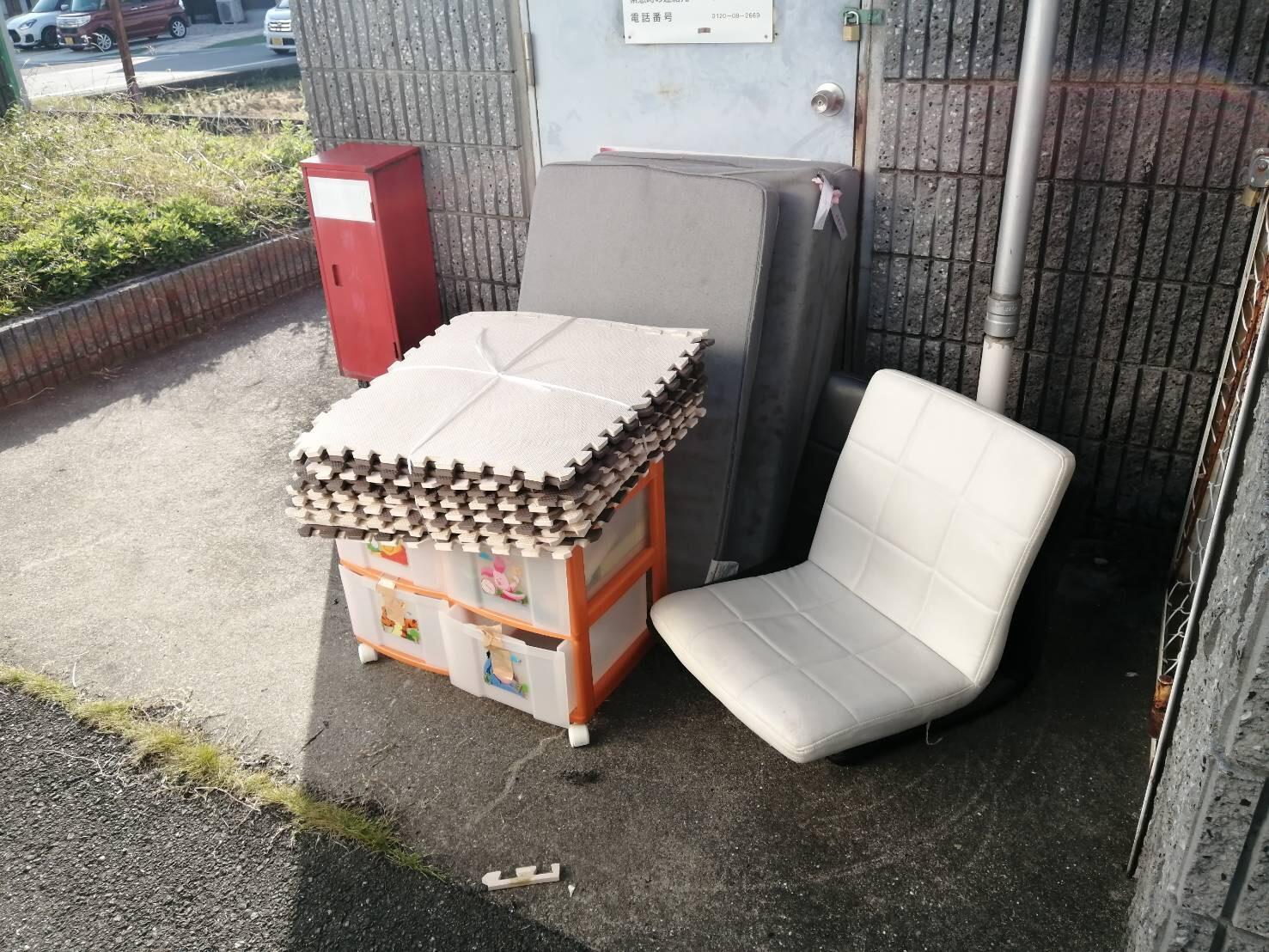 座椅子、収納ケース、マットの回収前