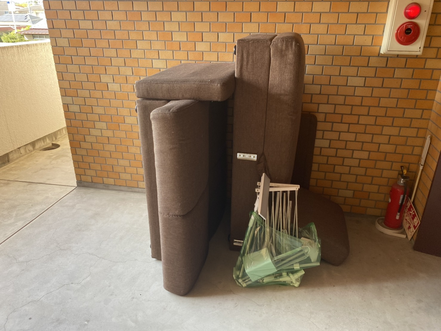 ソファー、物干しラックの回収前