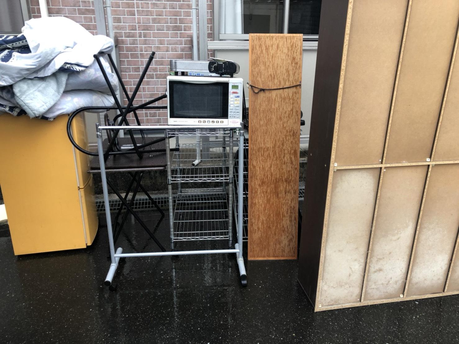 冷蔵庫、布団、レンジ、鏡、カラーボックスの回収前