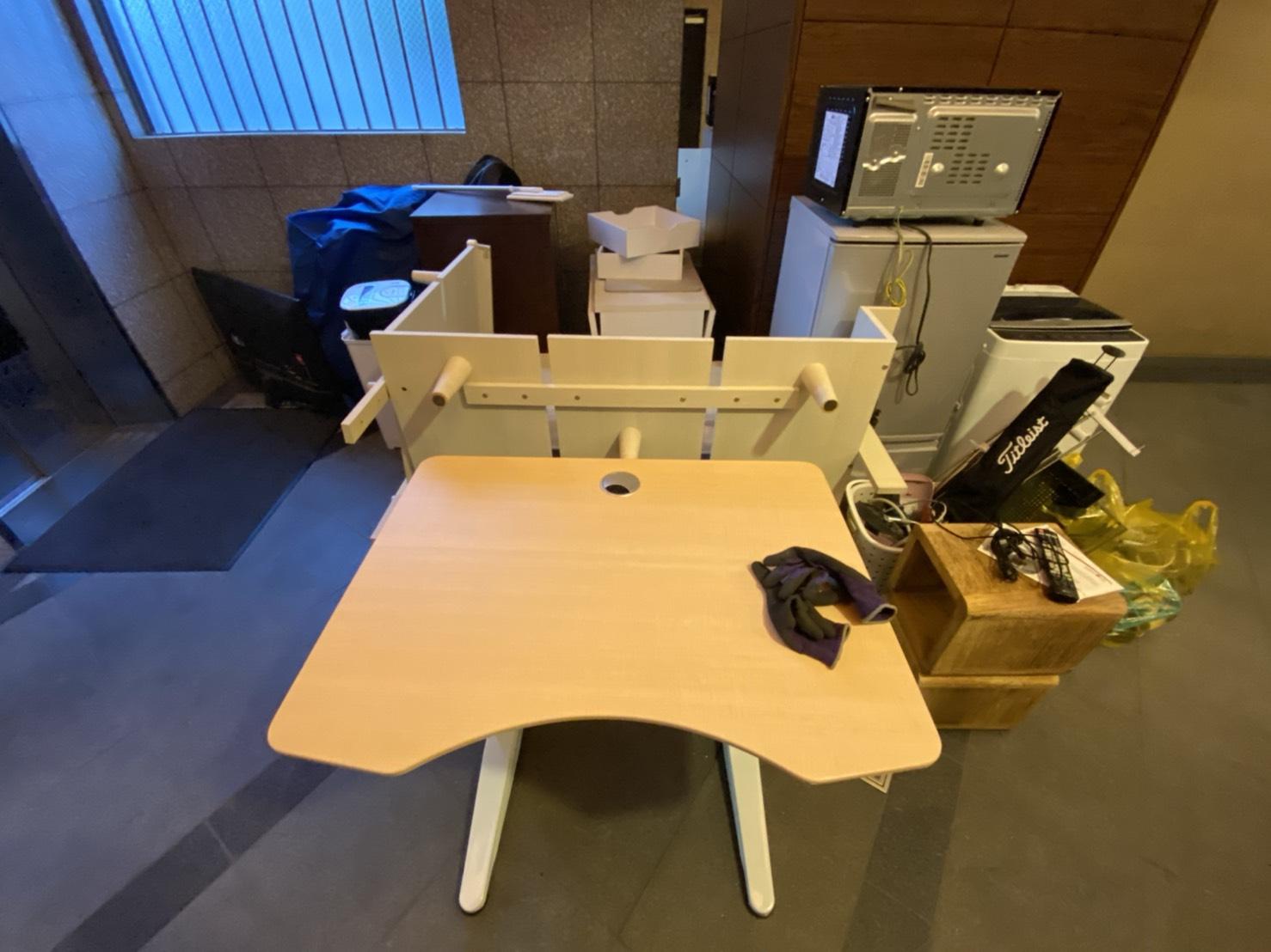 冷蔵庫、テーブル、その他不用品の回収前