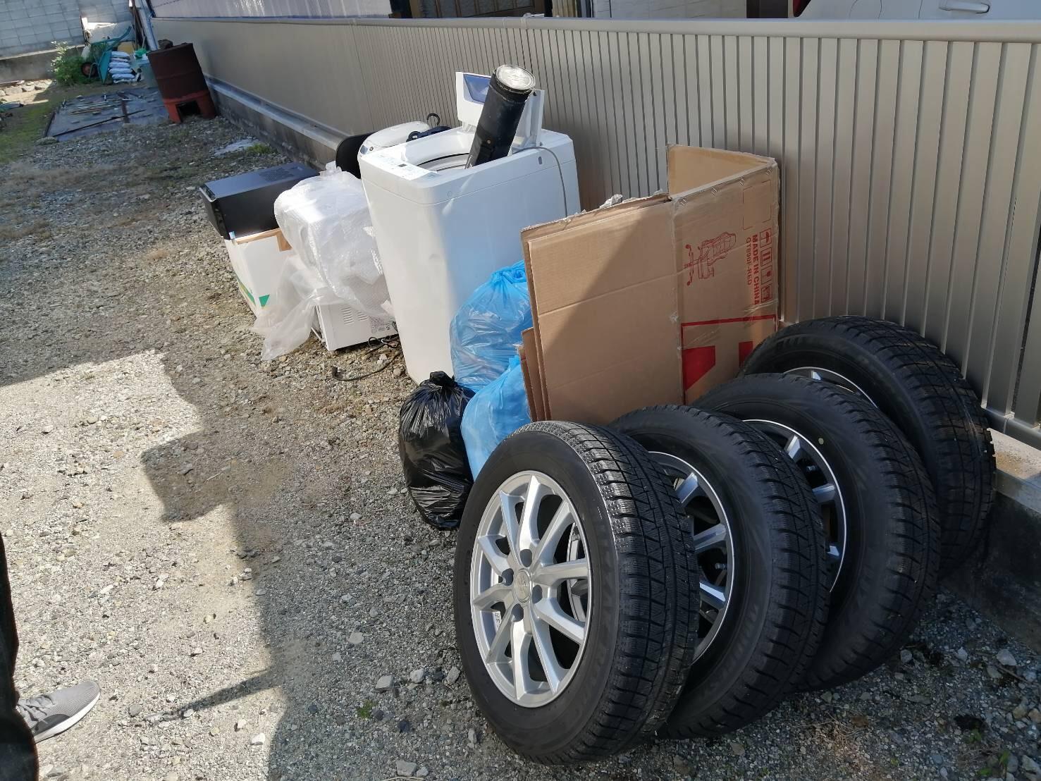 タイヤ、冷蔵庫、その他不用品の回収前