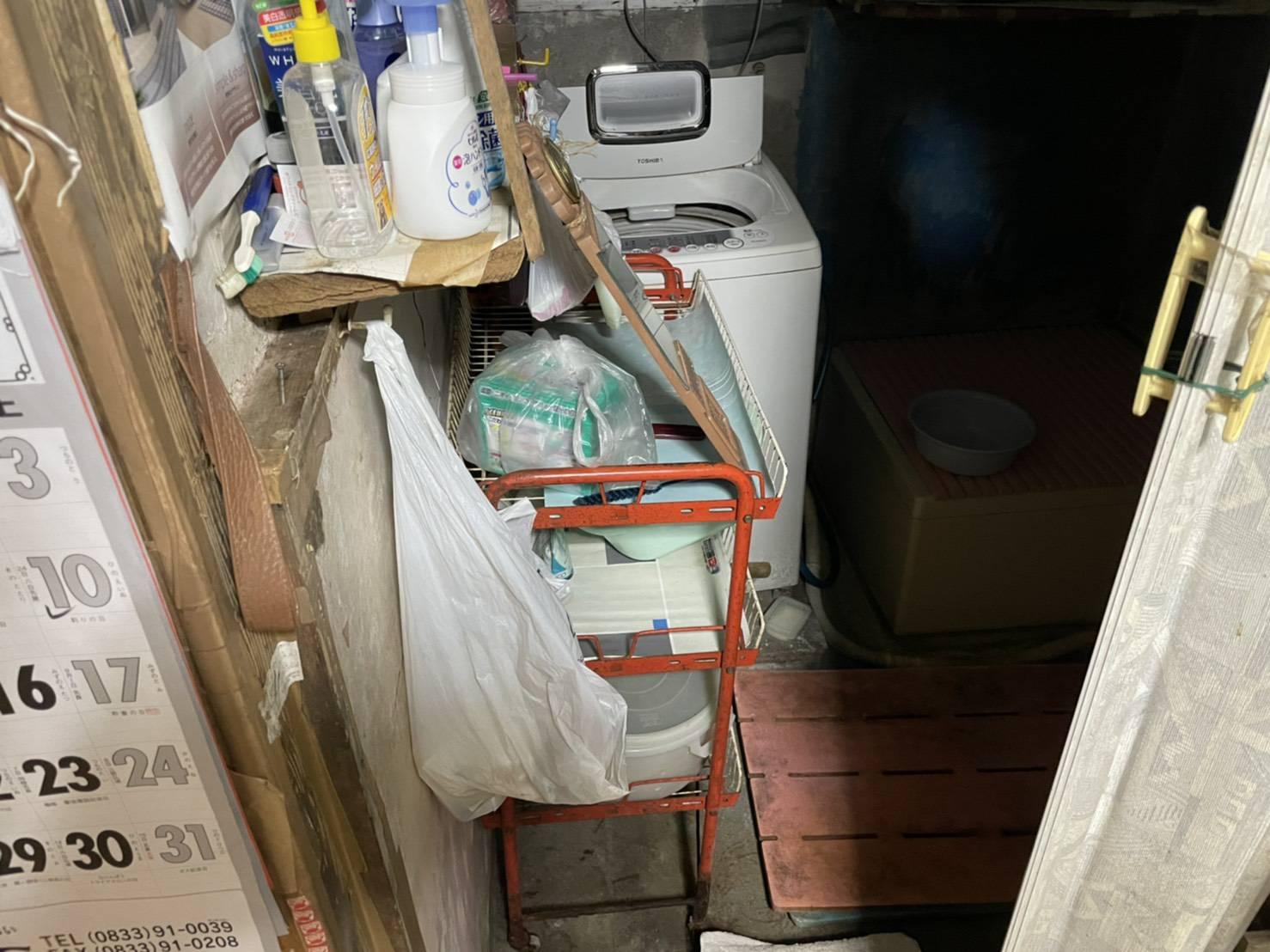 洗濯機、収納棚、その他不用品を回収前
