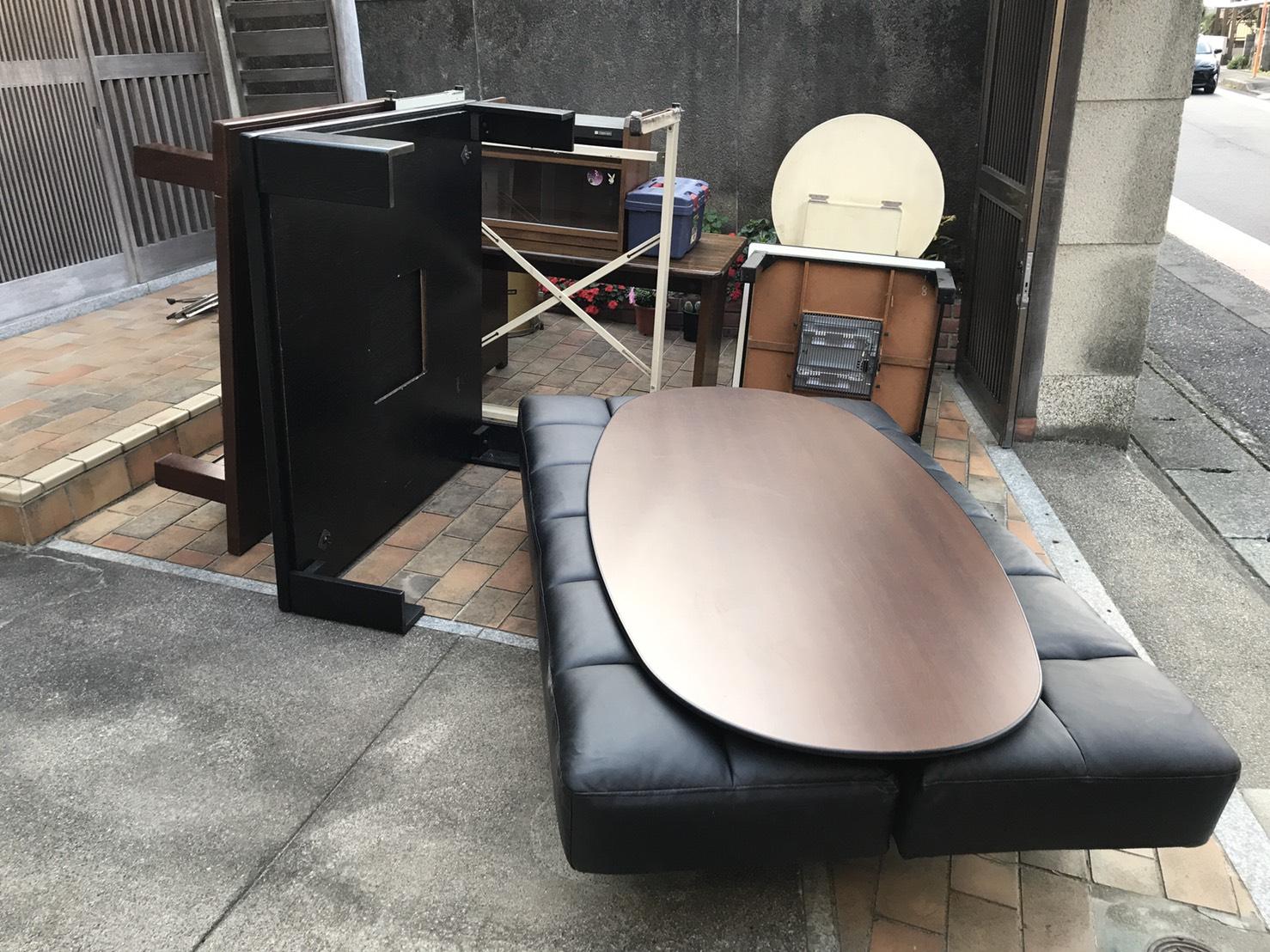 コタツ、テーブル、テレビ台、ソファーの回収前