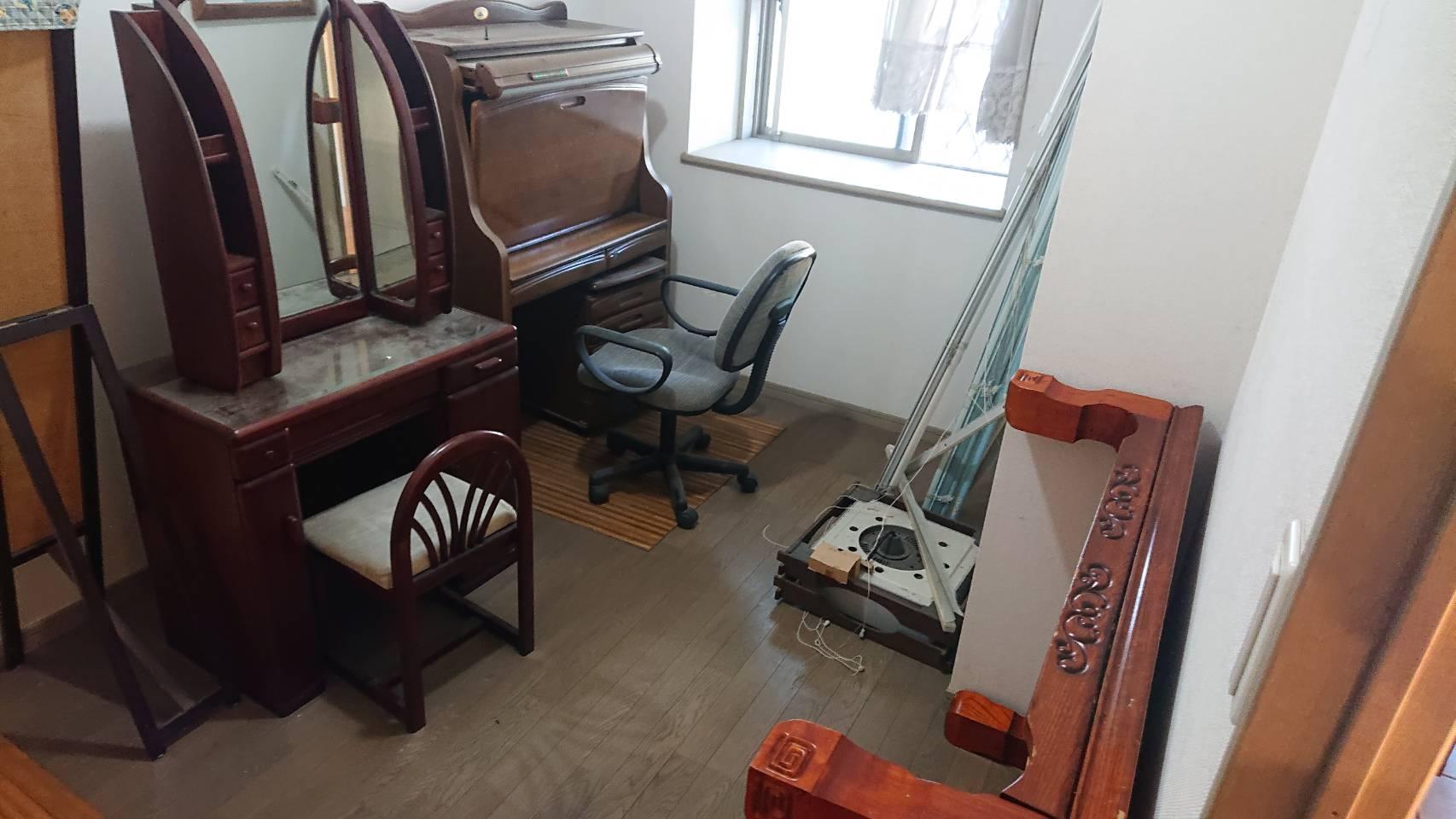 学習机、鏡台、その他不用品の回収前