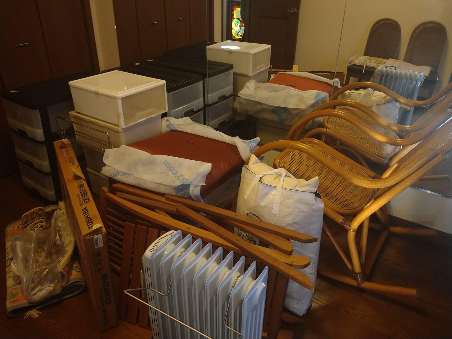 椅子、収納棚、その他不用品の回収前