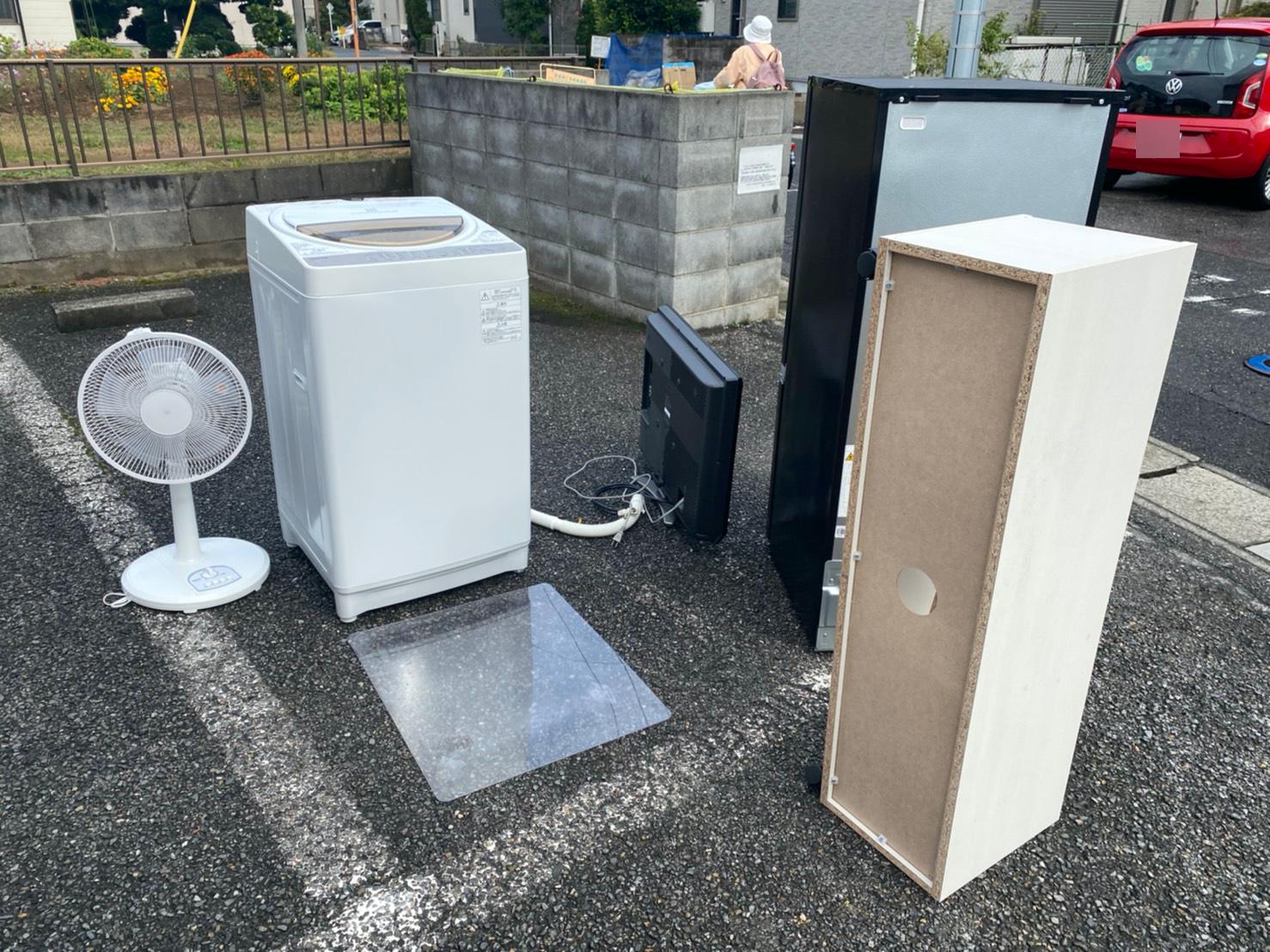 洗濯機、冷蔵庫、扇風機、テレビ、カラーボックスの回収前