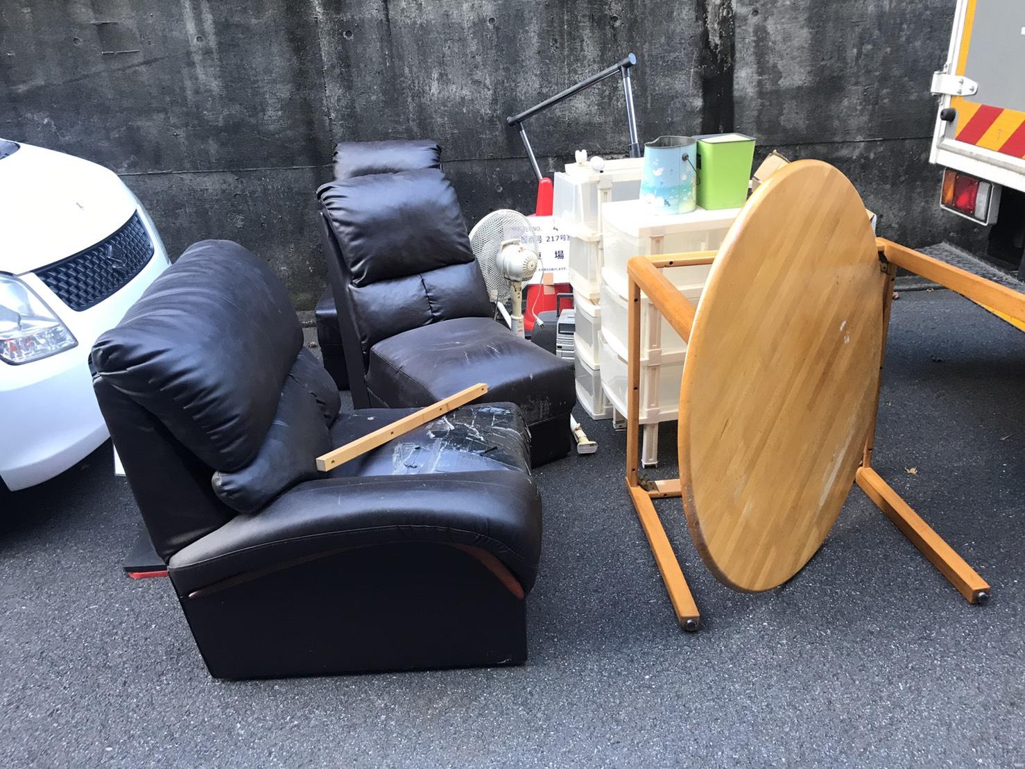 テーブル、ソファ、扇風機、収納ケースの回収前