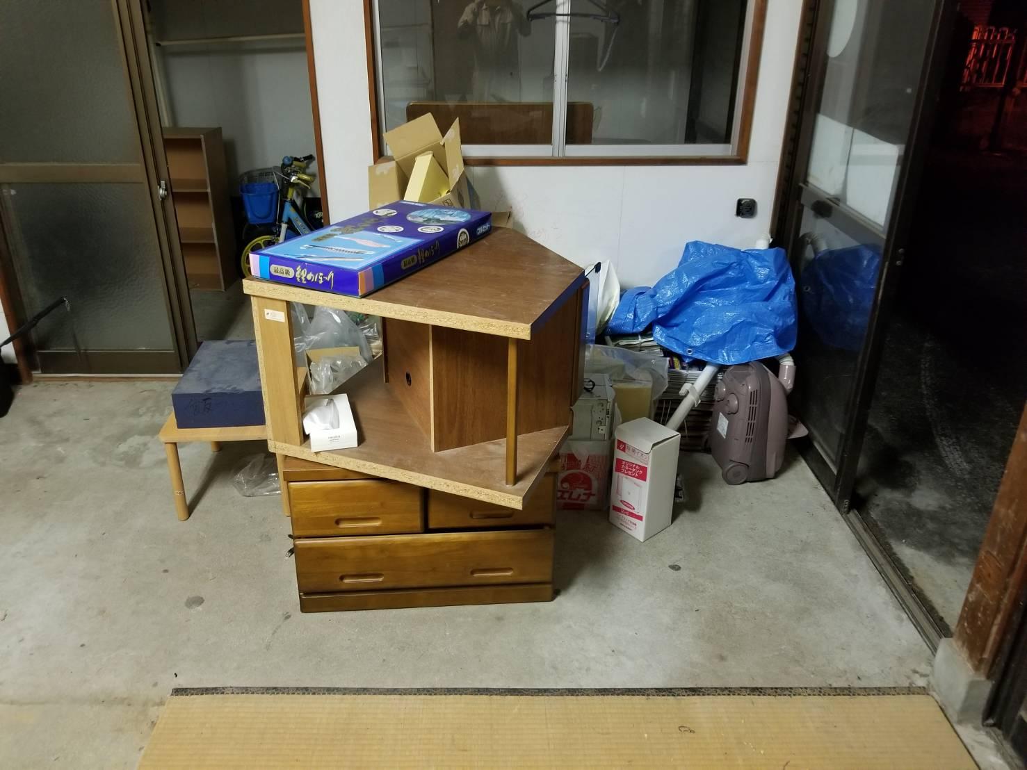 タンス、テーブル、掃除機、畳の回収前