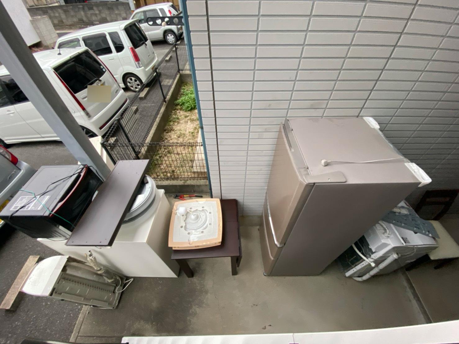 冷蔵庫、洗濯機、エアコン、テーブルの回収前