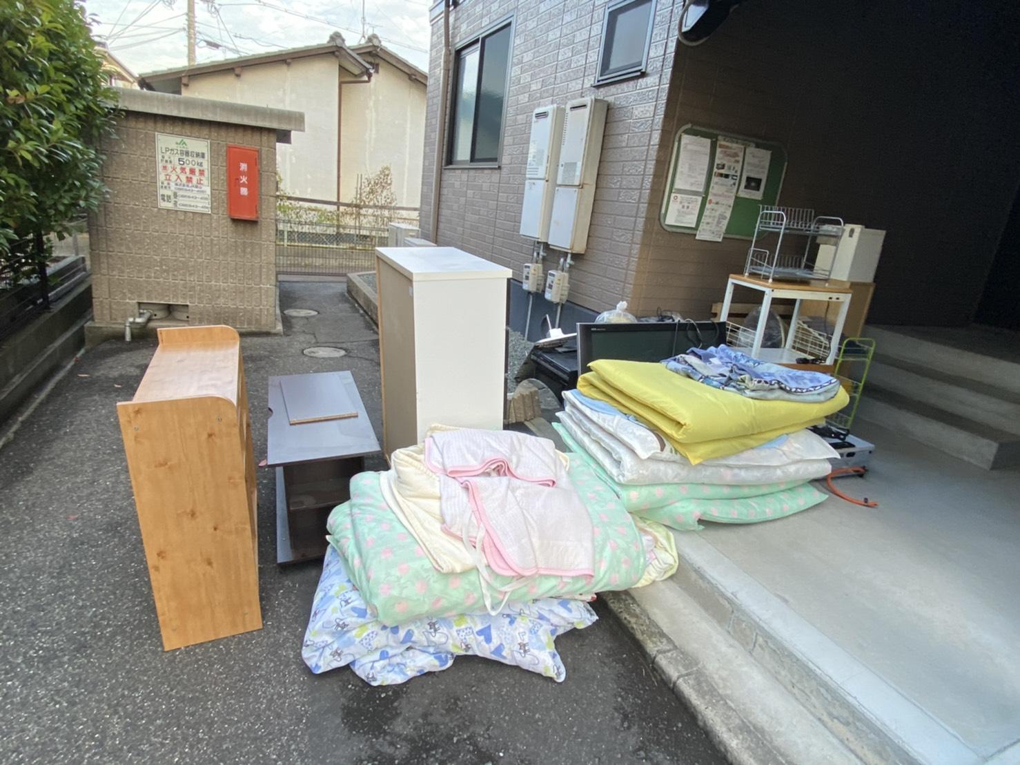 本棚、テレビ台、布団、タンス、テレビ、ラックの回収前