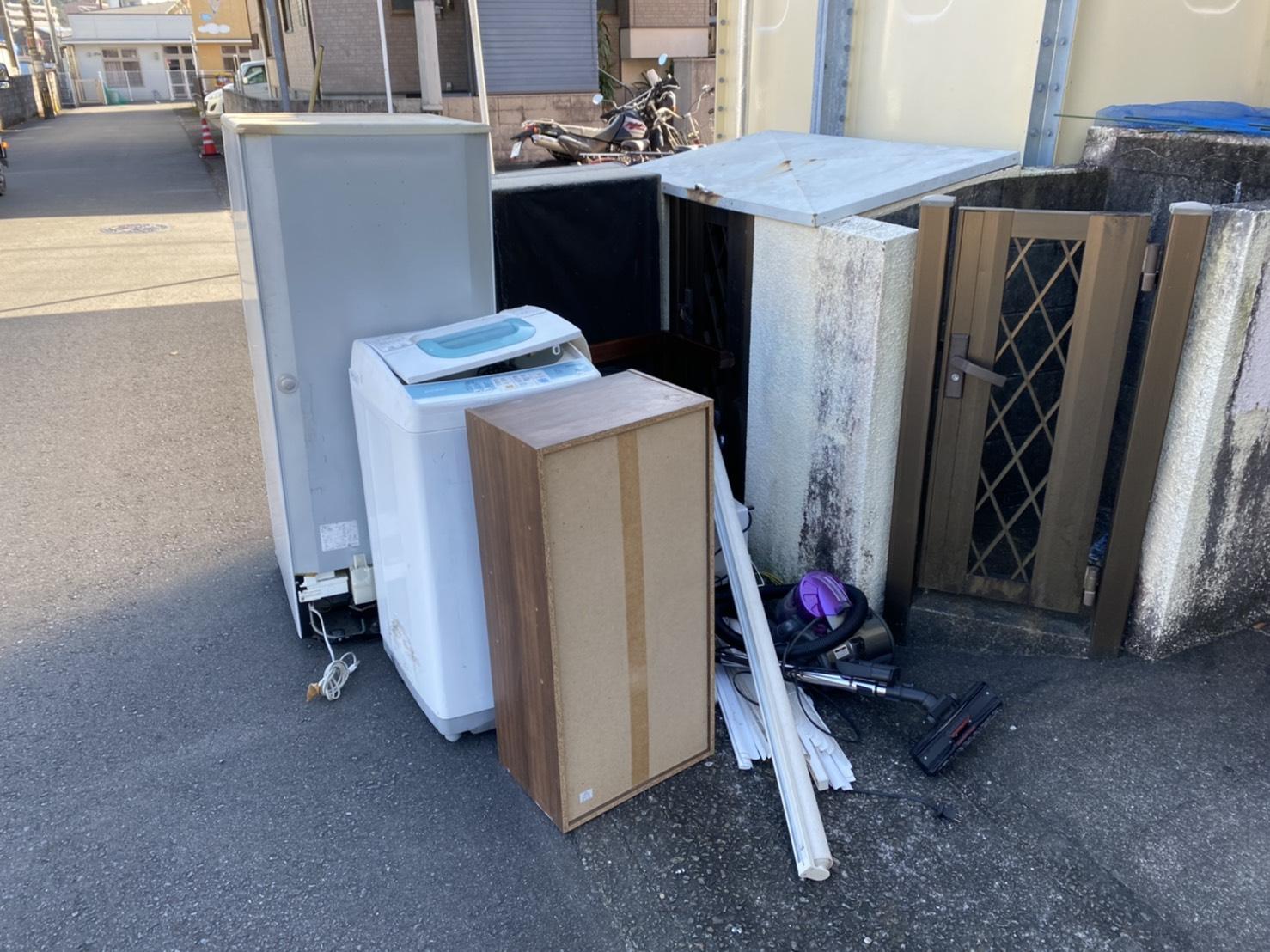 冷蔵庫、洗濯機、掃除機、カラーボックスの回収前