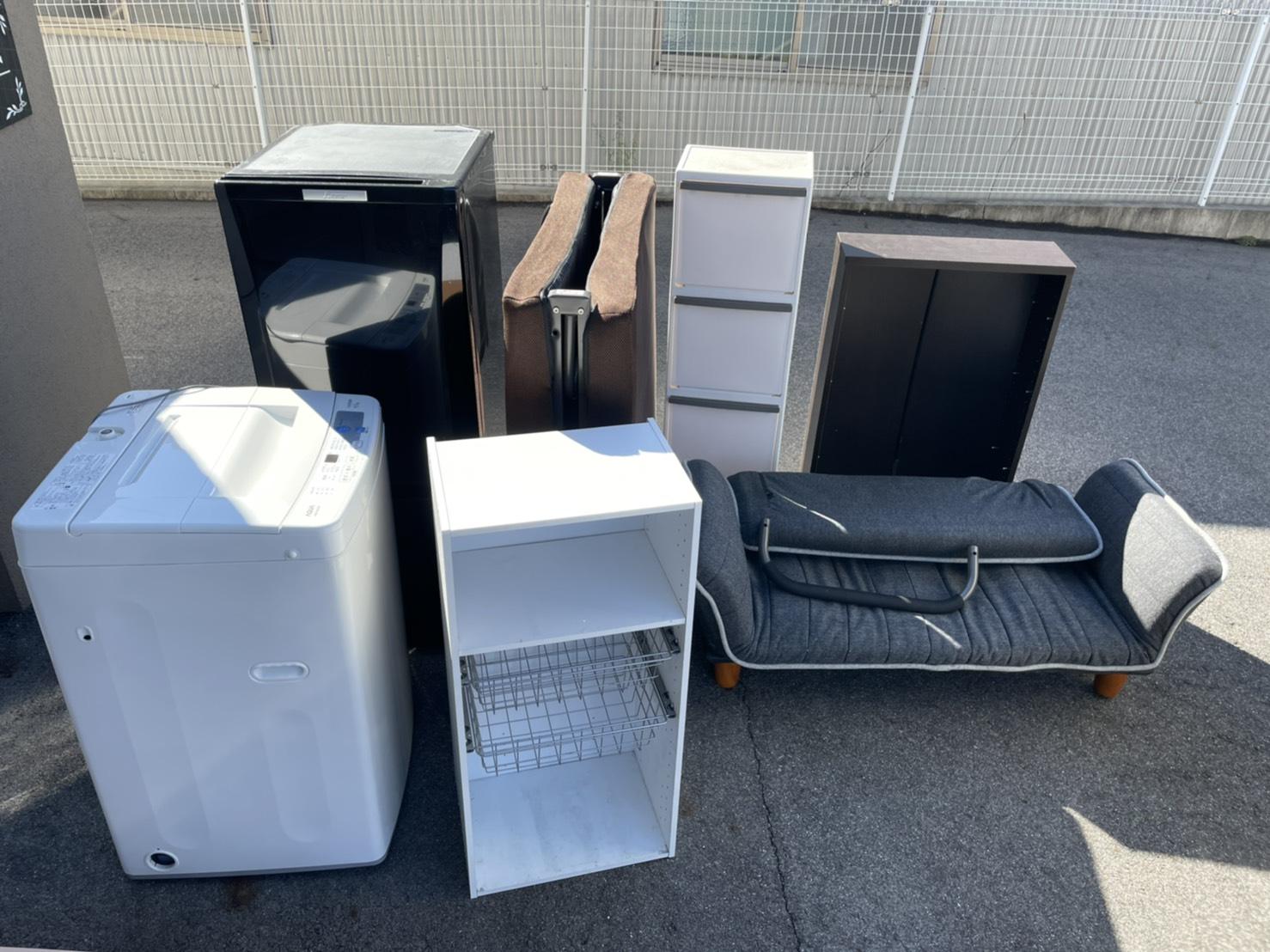 冷蔵庫、洗濯機、ベッド、カラーボックス、ソファの回収前
