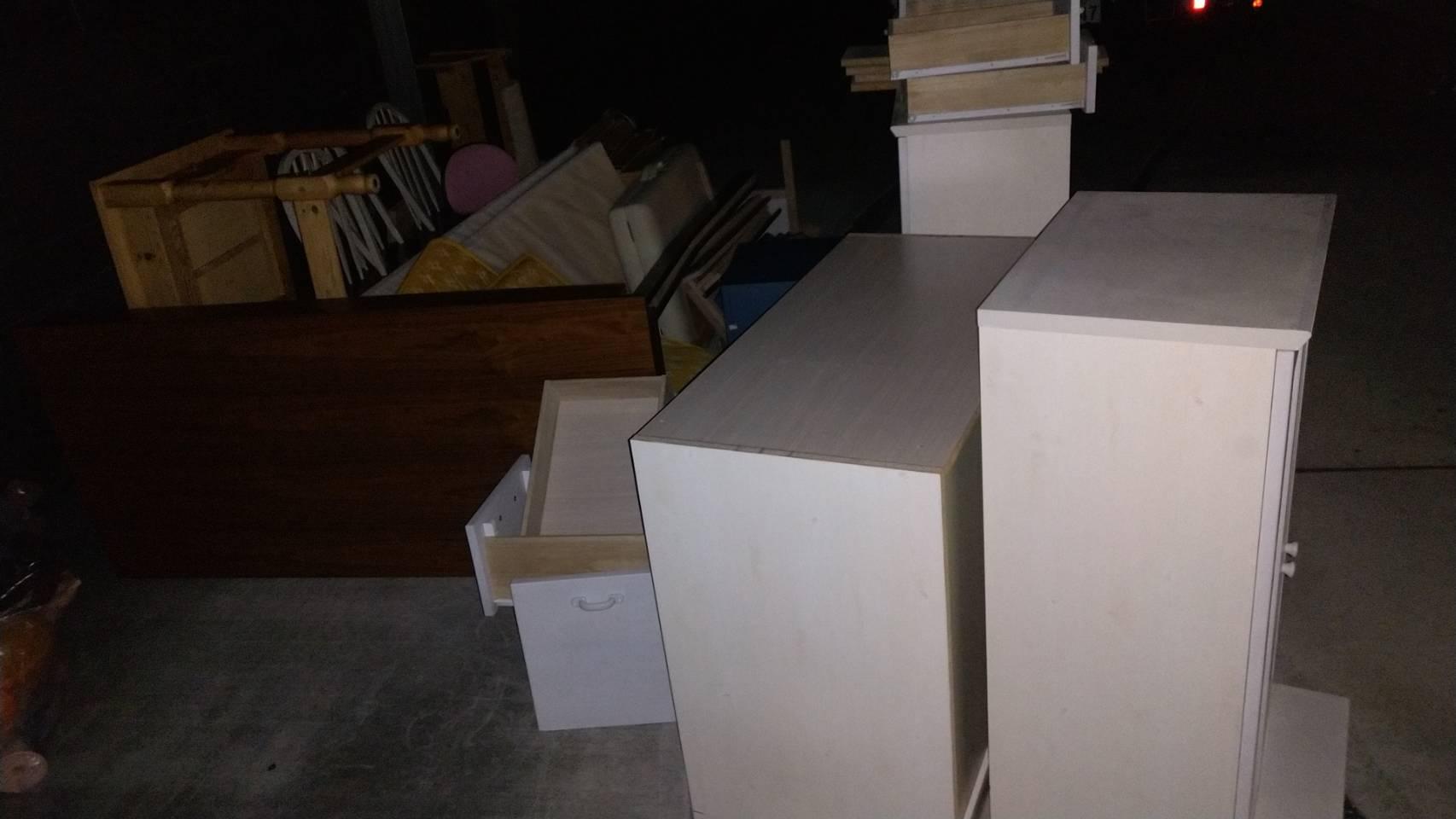 カラーボックス、タンス、テーブルの回収前