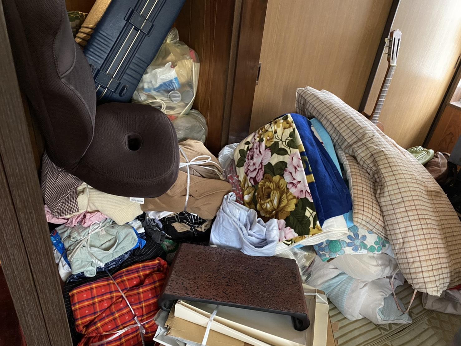 キャリーケース、座椅子、その他不用品の回収前