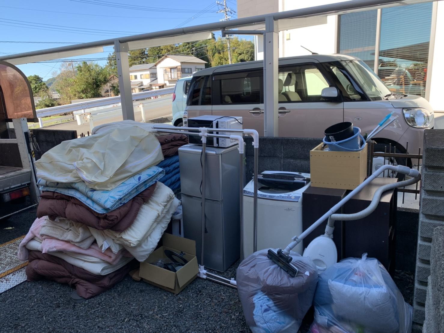 布団、レンジ、冷蔵庫、洗濯機、掃除機、カラーボックスの回収前