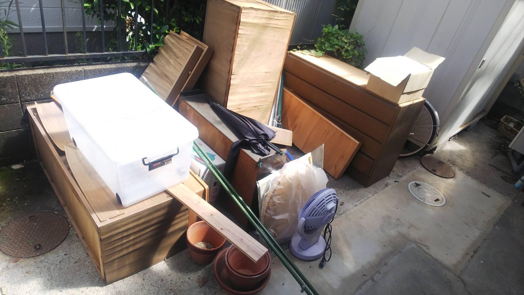 タンス、扇風機、収納ケースの回収前