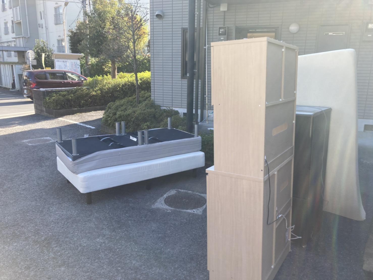 ベッド、マットレス、冷蔵庫、レンジボードの回収前