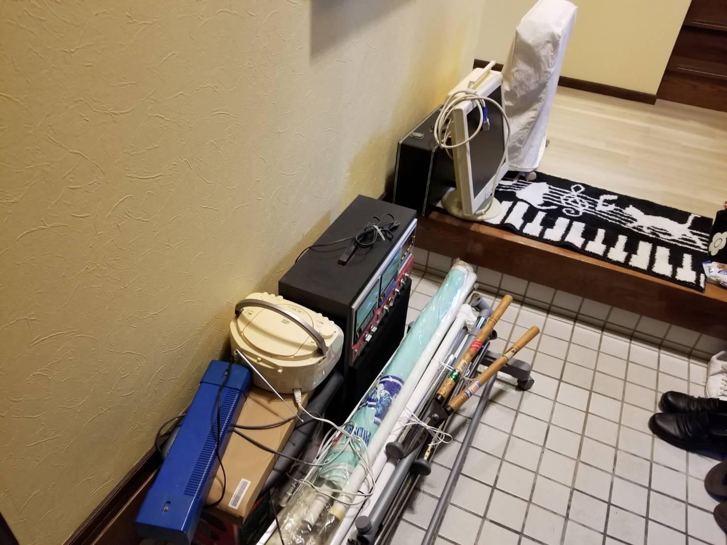 モニター、楽器、CDプレイヤー、剪定はさみの回収前