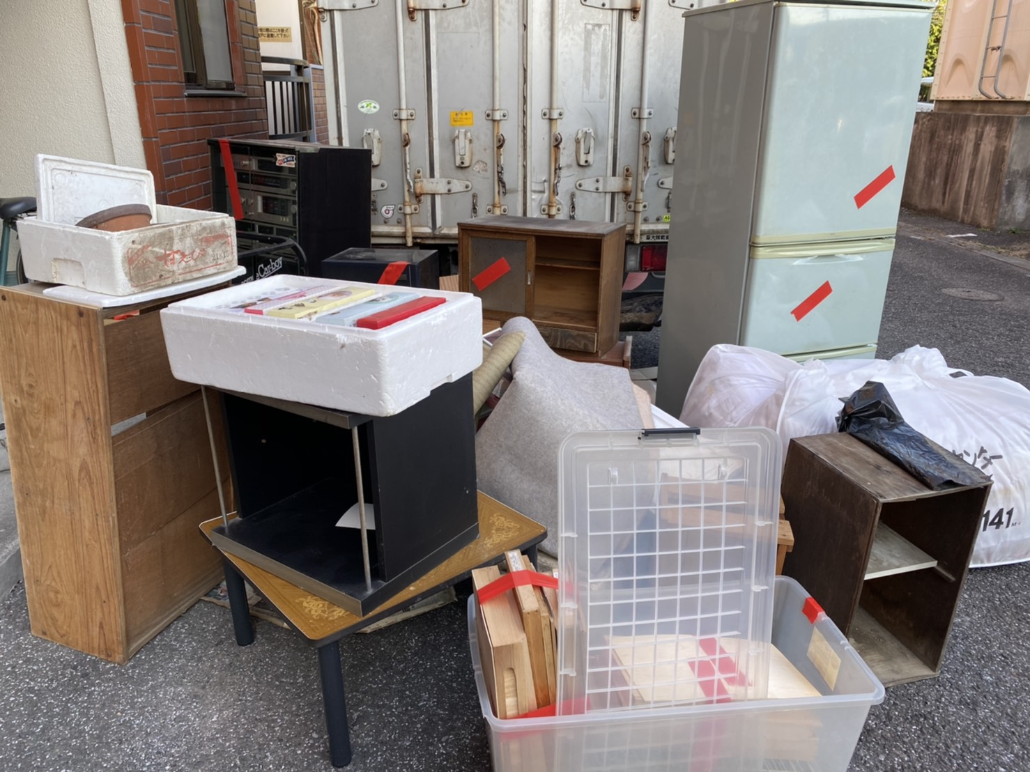冷蔵庫、カラーボックス、テーブル、タンスの回収前