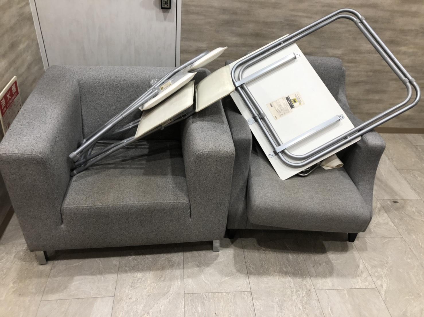 折り畳み机、折り畳み椅子、ソファの回収前