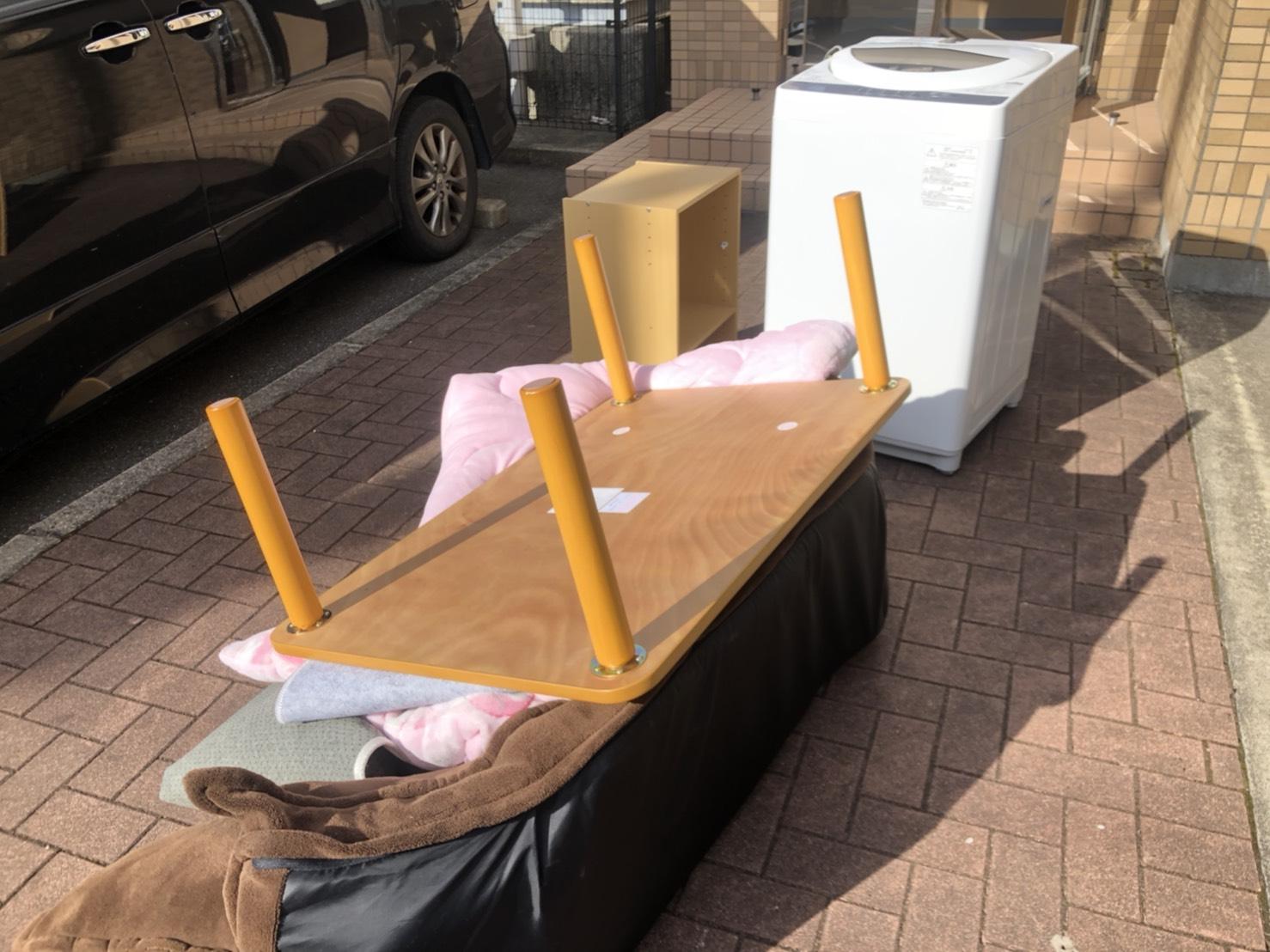ソファ、テーブル、毛布、洗濯機、カラーボックスの回収前
