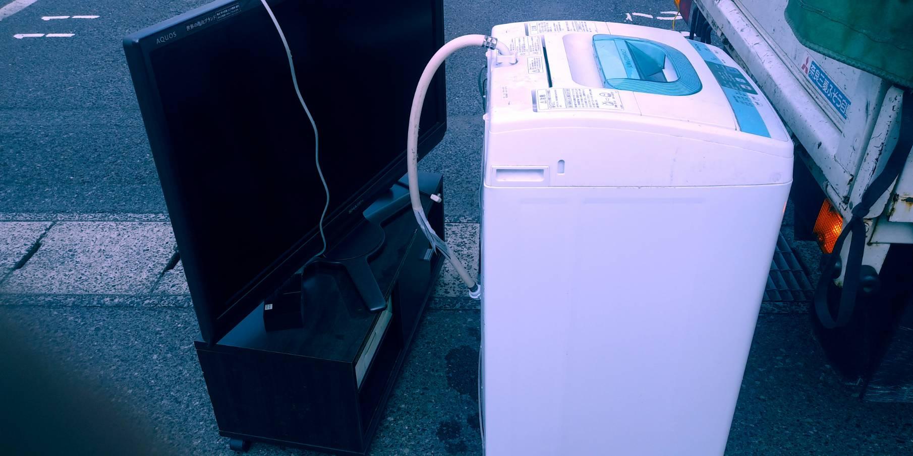 洗濯機、テレビ、テレビ台の回収前