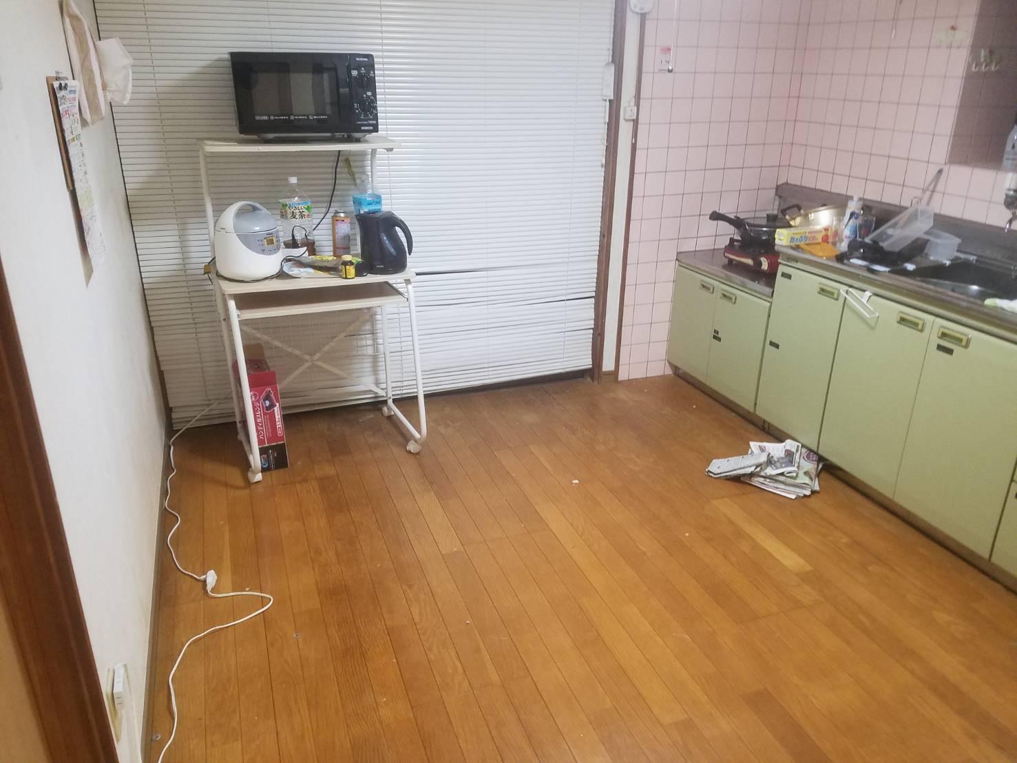 ゴミ箱、ダイニングテーブル 、椅子の回収後