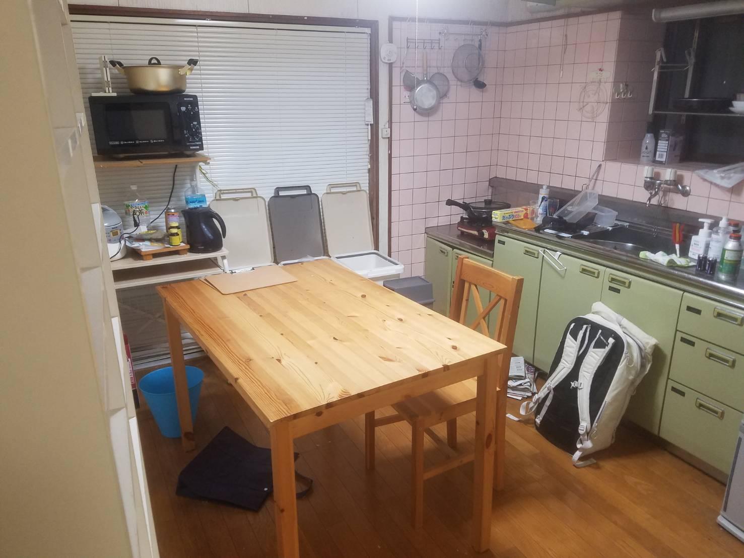 ゴミ箱、ダイニングテーブル 、椅子の回収前