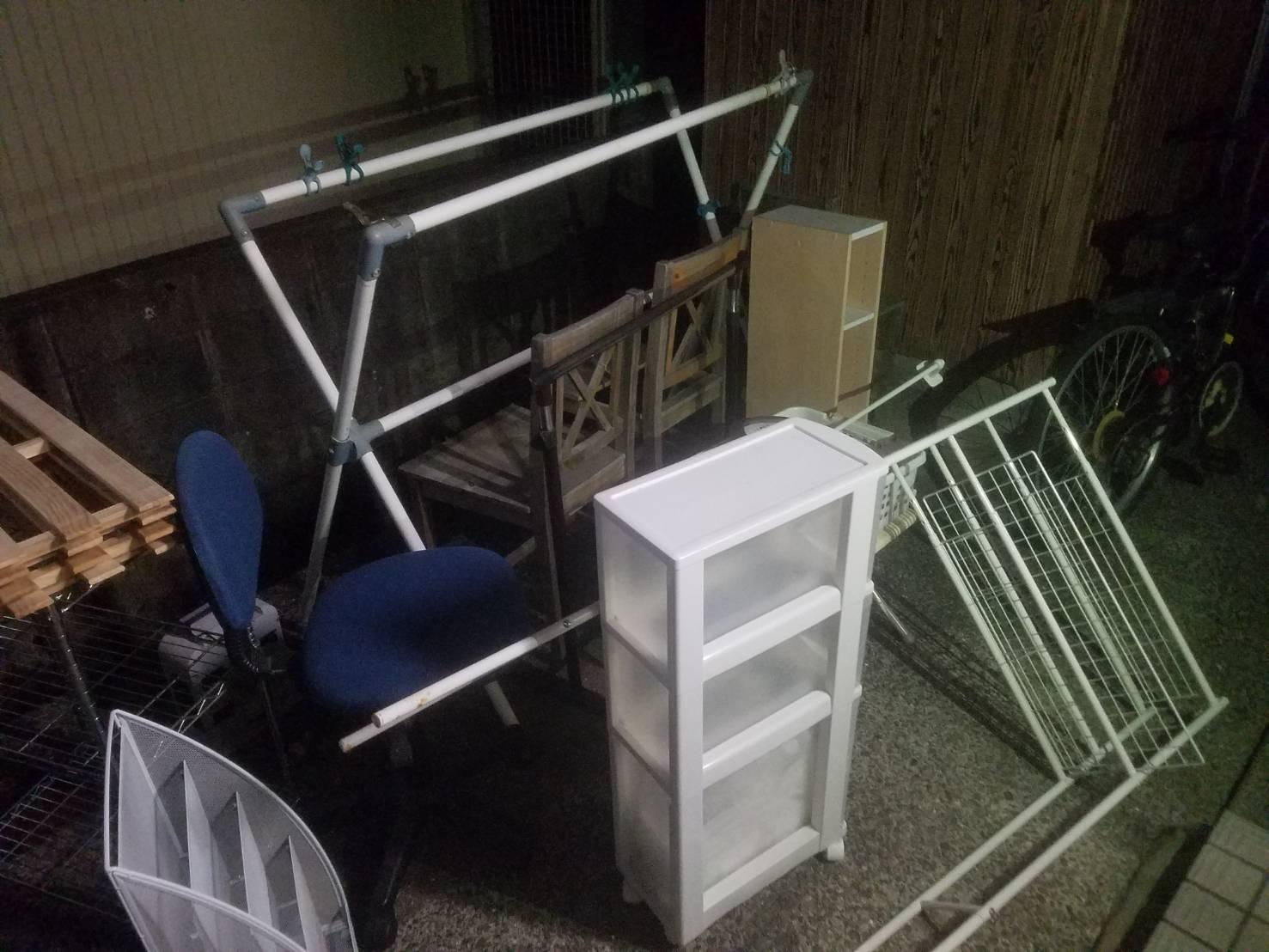 カラーボックス、物干し台、ワークチェア、椅子の回収前