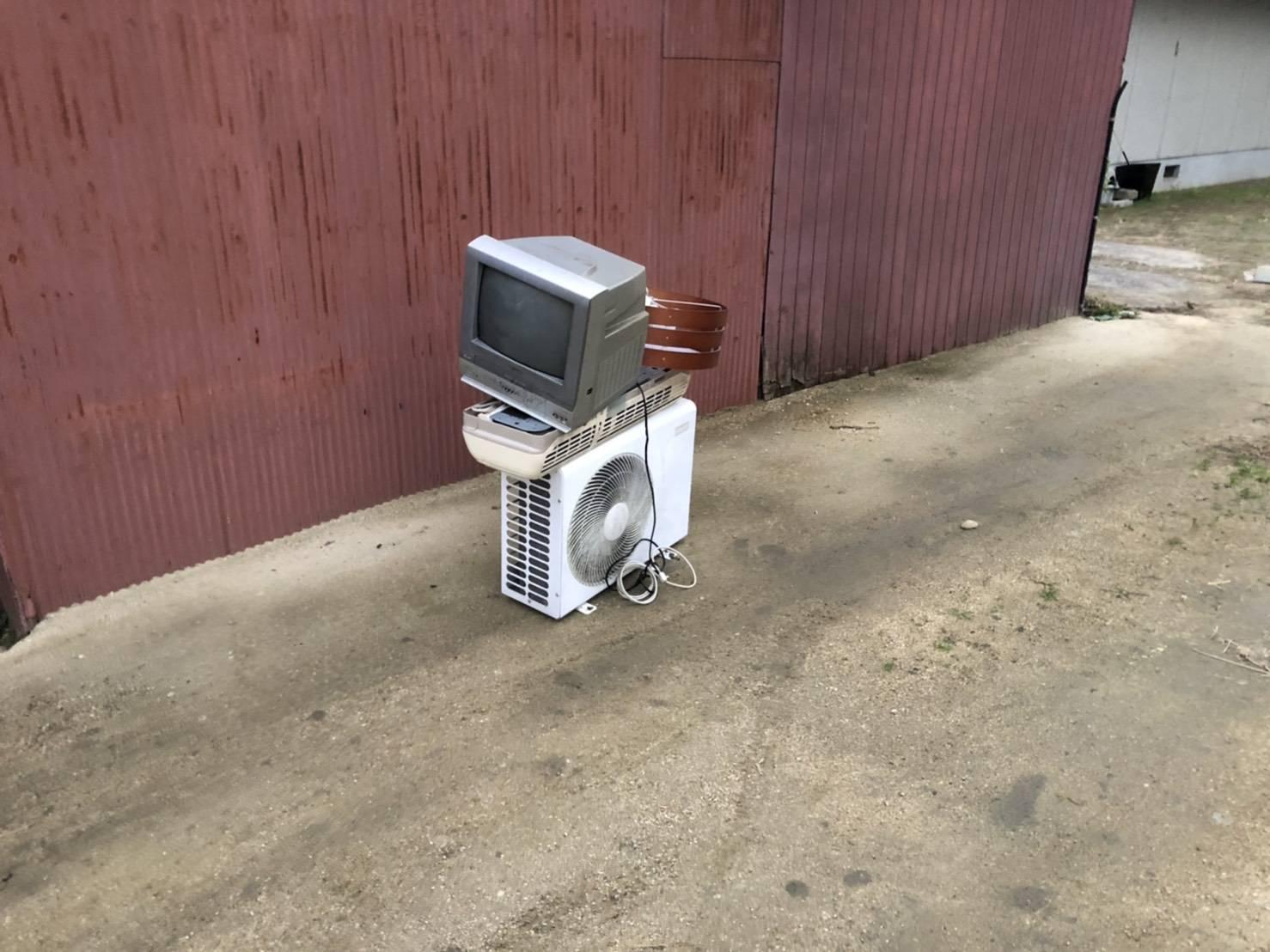 テレビ、エアコン、室外機の回収前
