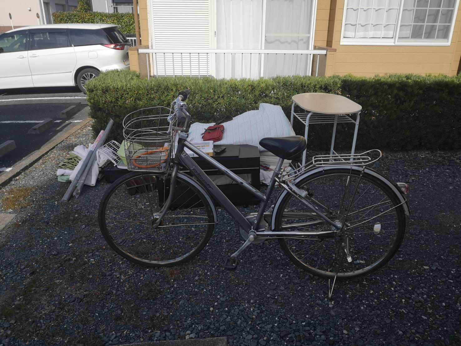 自転車、テレビ台、テーブル、布団の回収前