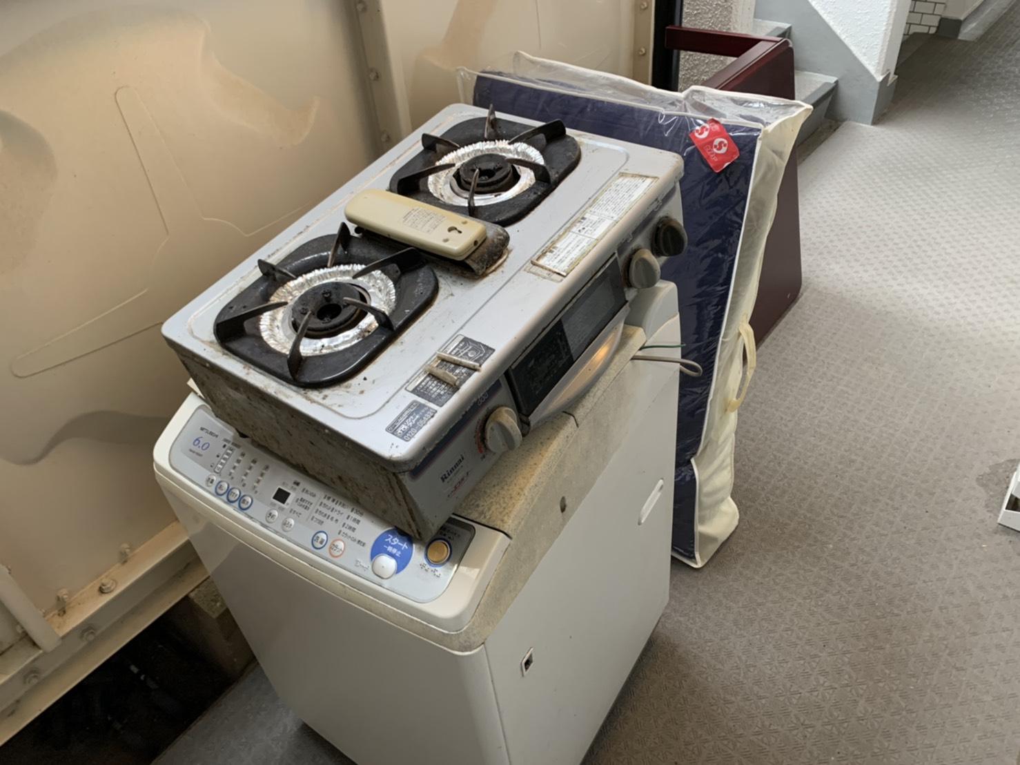 ガスコンロ、洗濯機、ローテーブル、布団の回収前