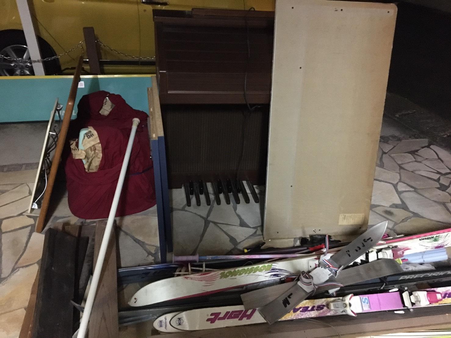 スキー用具、電子ピアノなどの不用品の回収前