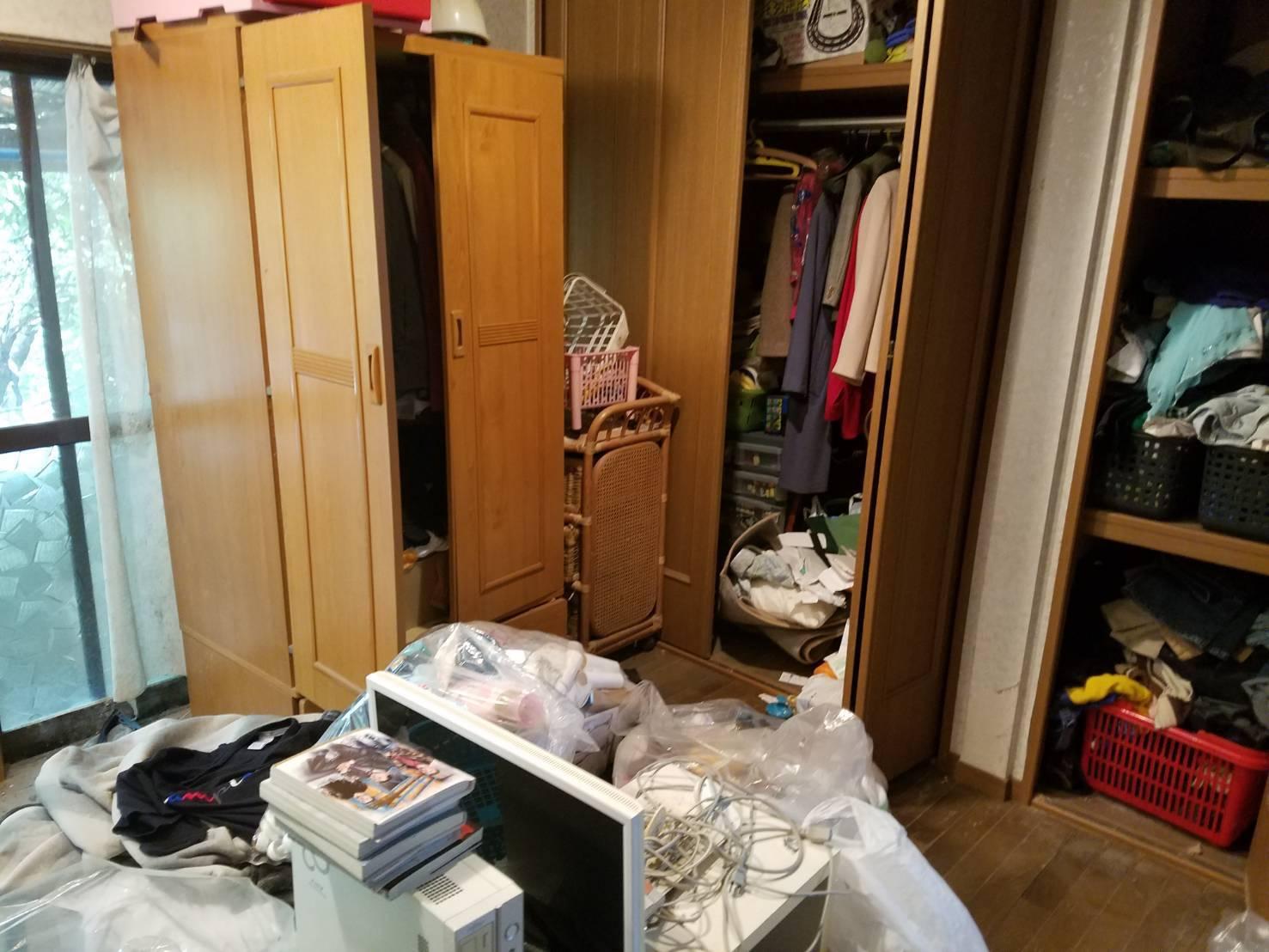 ワードローブ、衣類、テレビの回収前