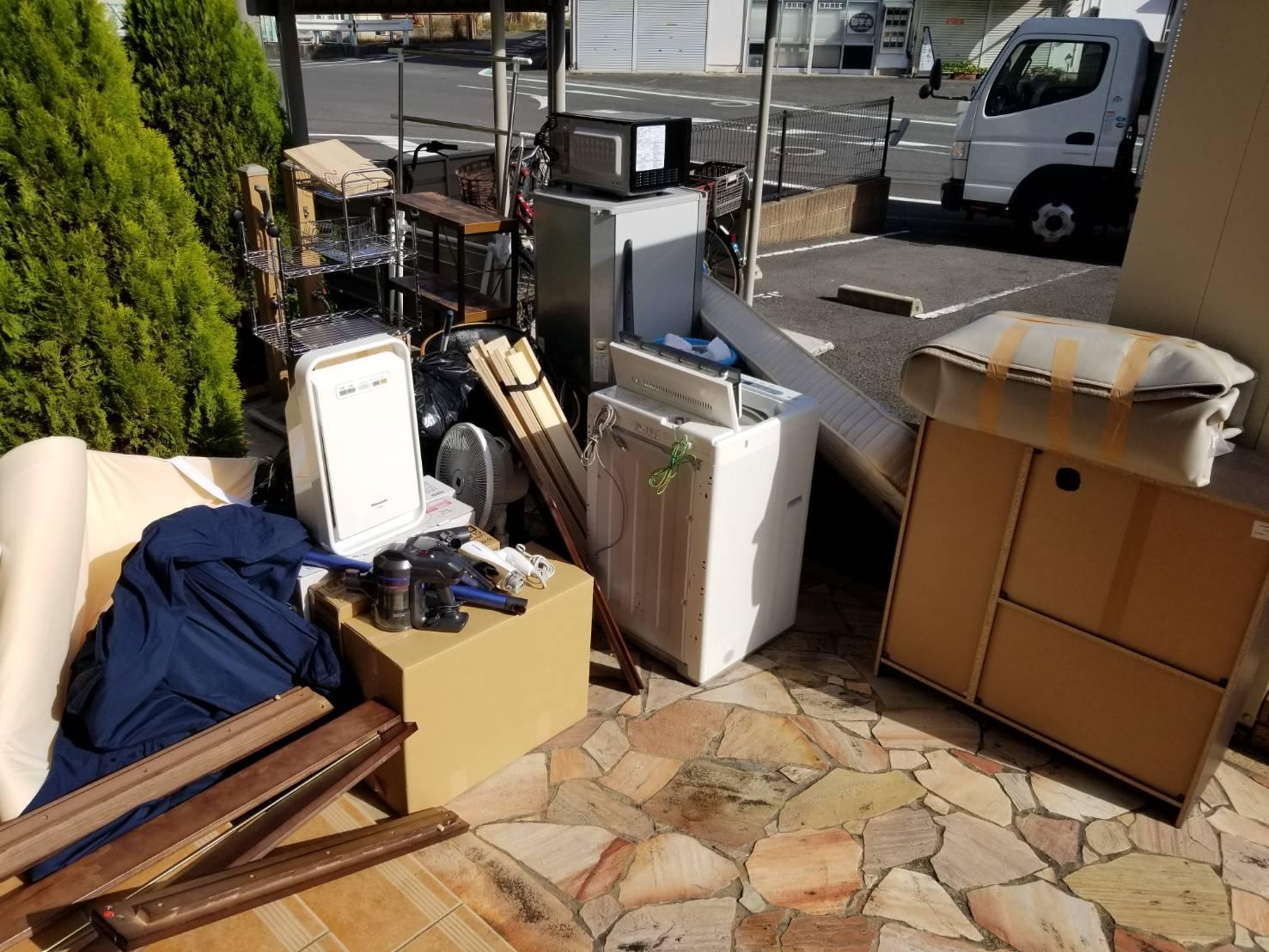 洗濯機、冷蔵庫、電子レンジ、スチールラックの回収前