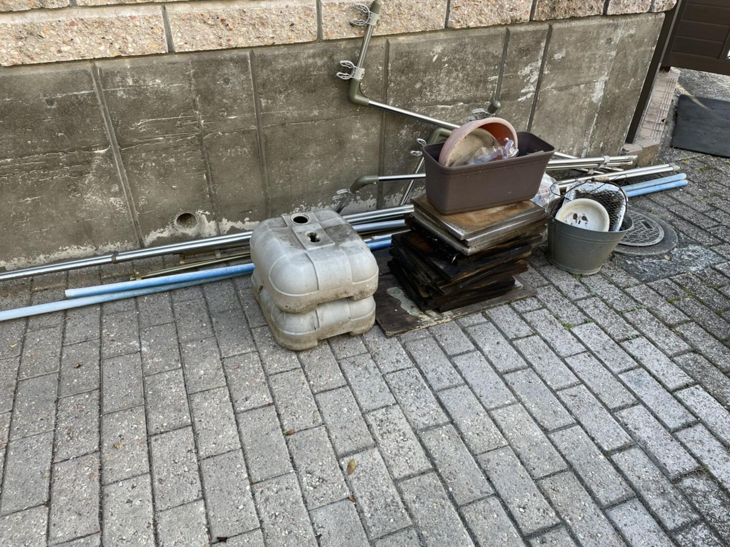 タンク、支柱などの不用品の回収前