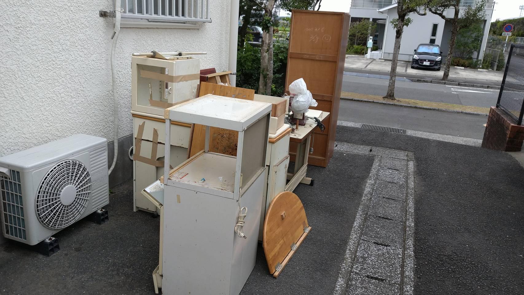 デスク、収納棚などの不用品の回収前