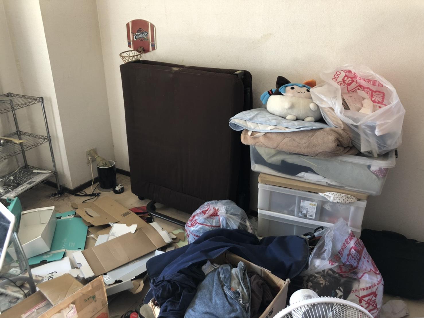 衣類、収納ケースなどの不用品の回収前