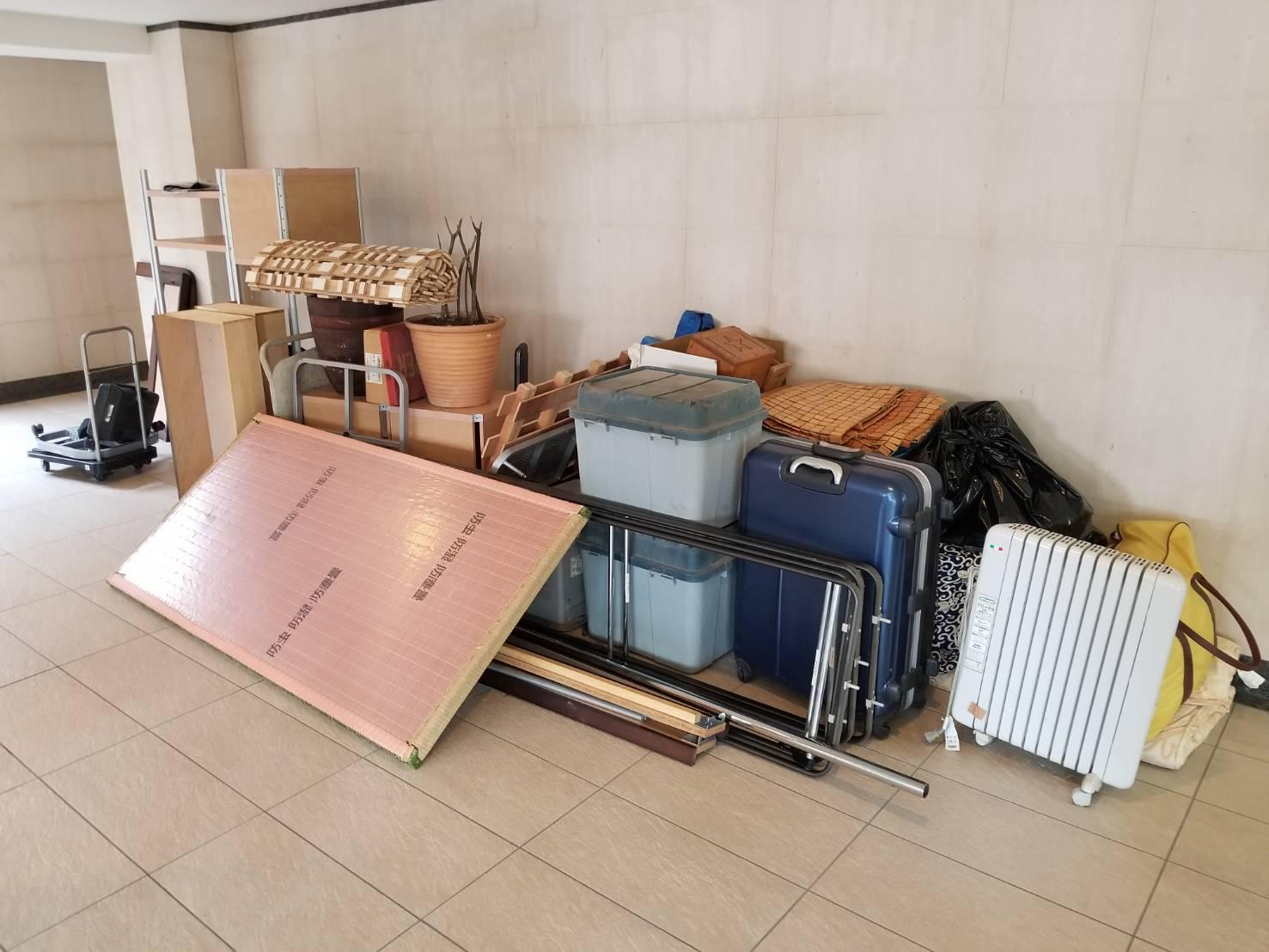 スーツケース、空気清浄機、畳、すのこ、植木鉢の回収前