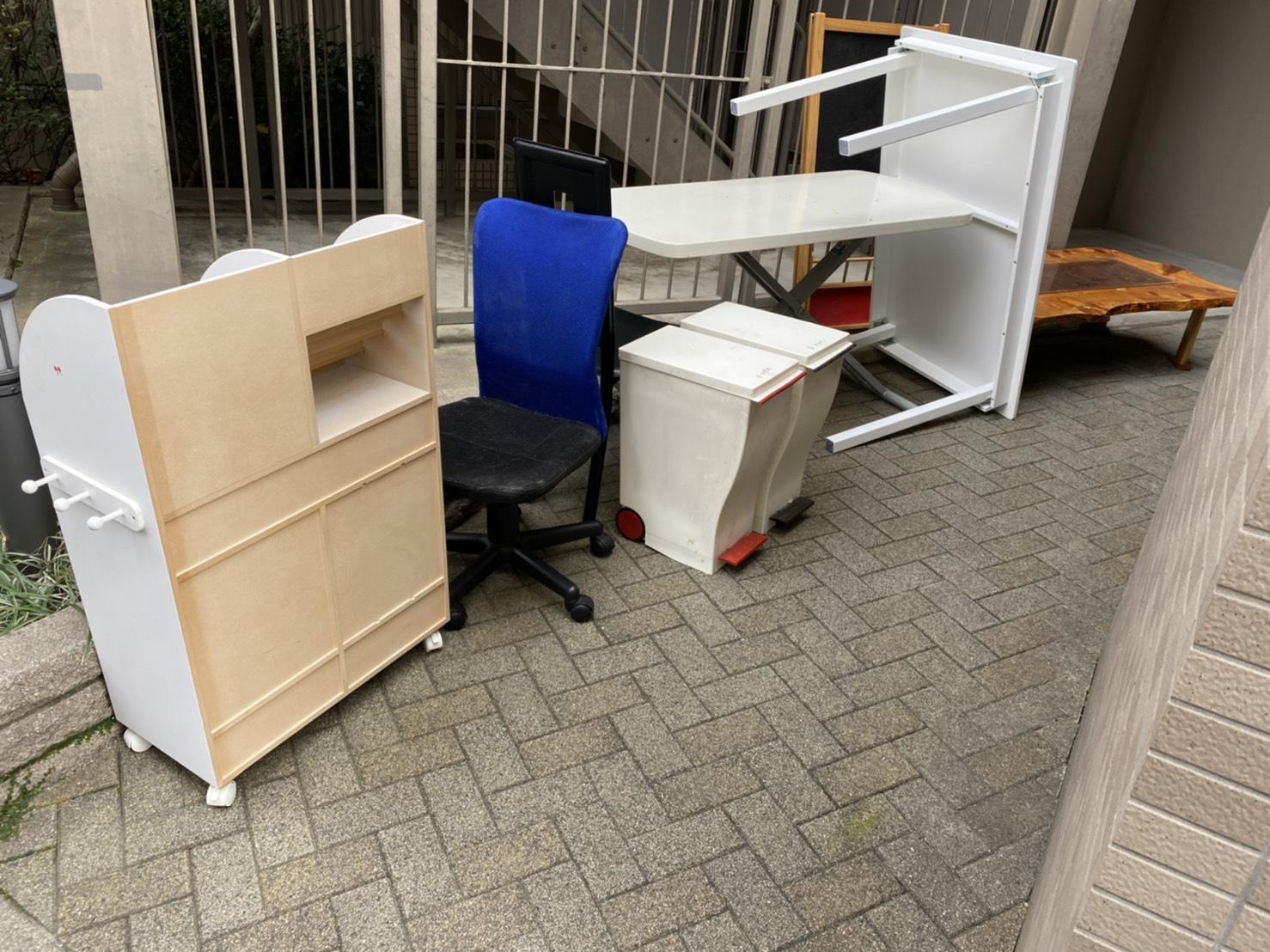 テーブル、ワークチェア、ゴミ箱、カラーボックスの回収前
