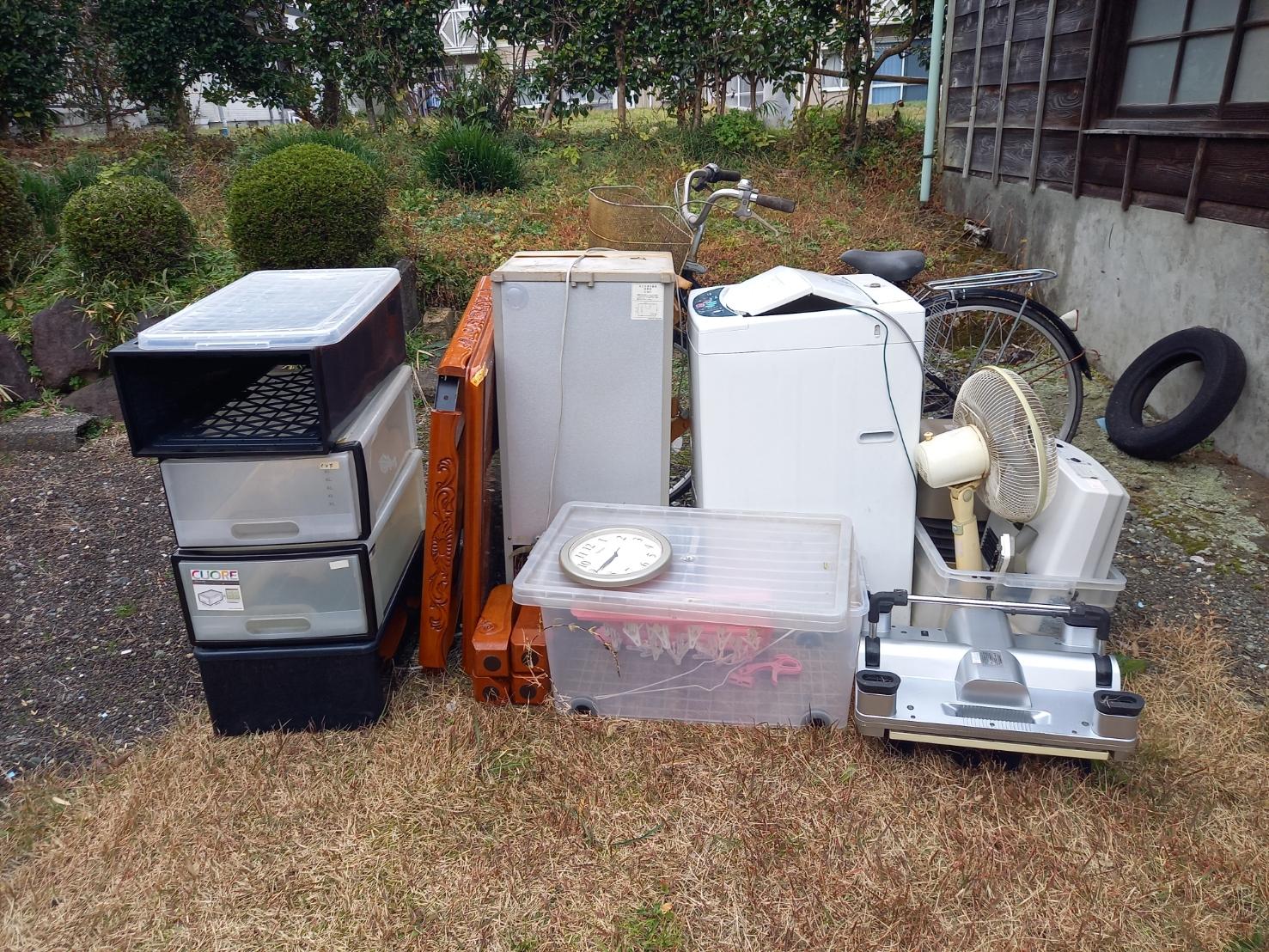 冷蔵庫、洗濯機、収納ケース、扇風機の回収前