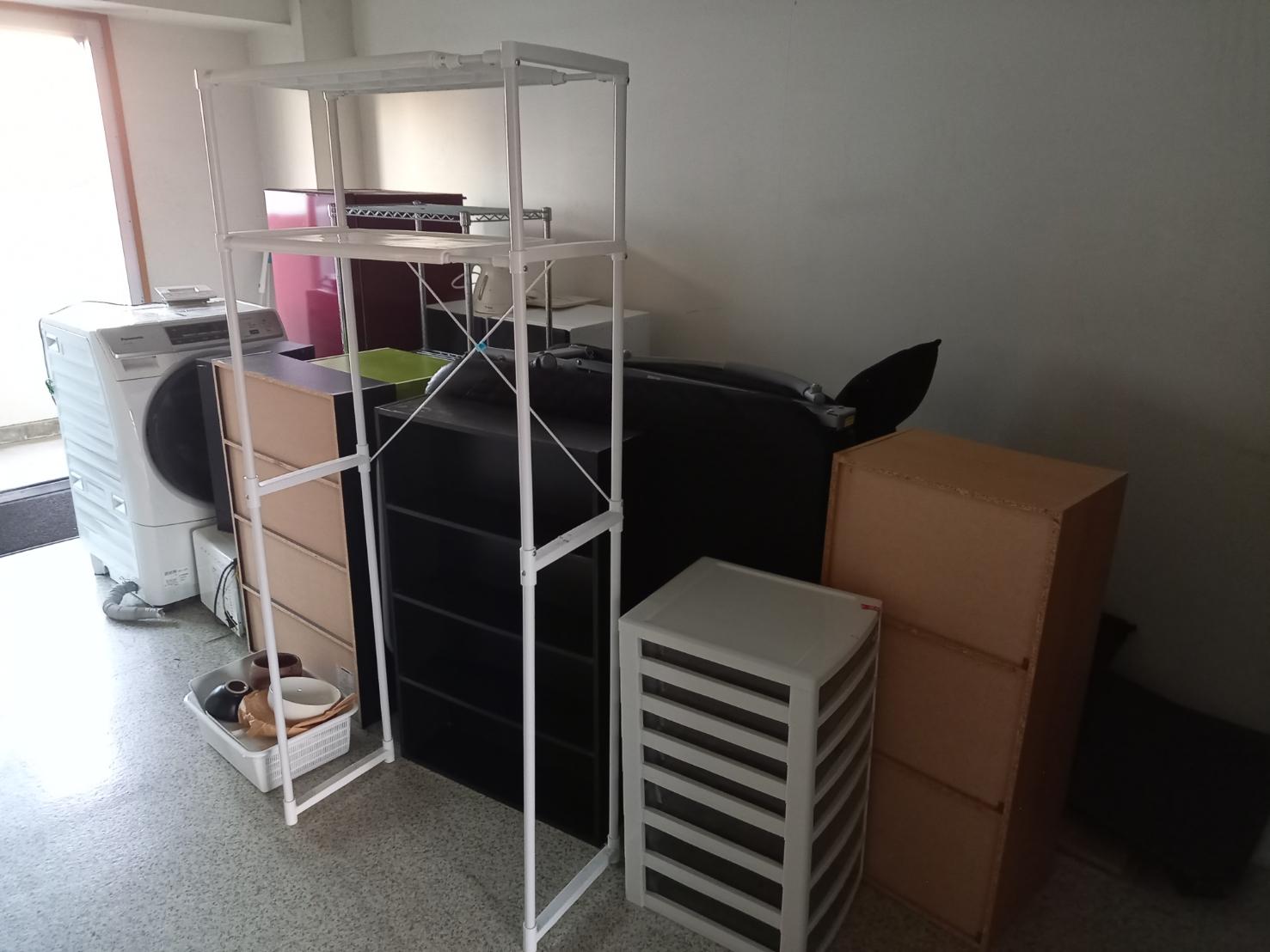 洗濯機、カラーボックス、冷蔵庫、ランドリーラックの回収前